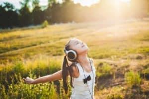 Kind genießt Musik