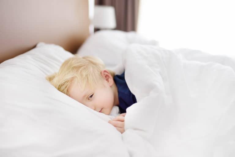 Kind beim Aufwachen