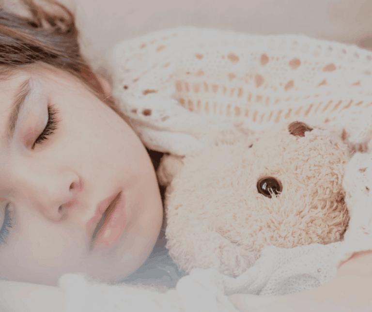 Schlafendes Kind mit Teddy